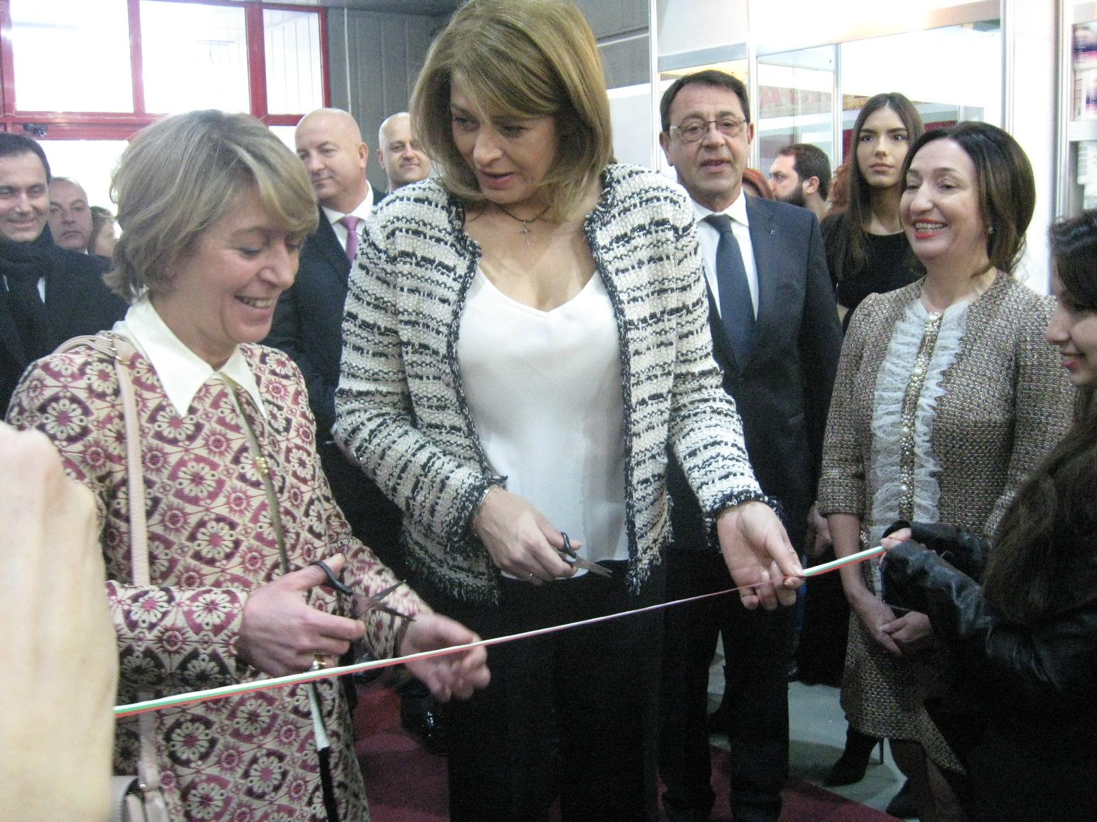 Съпругата на президента Десислава Радева преряза лентата на XXVII-я Италиански фестивал на красотата и прическата .